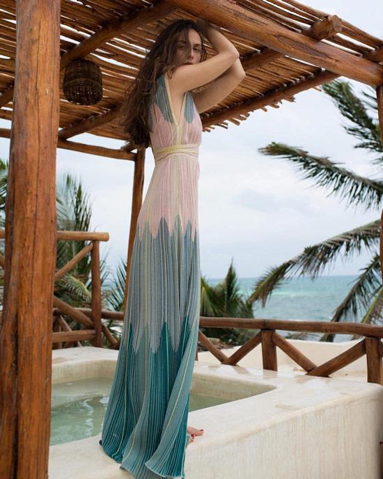 Девушка в градиентном платье макси из легкой ткани