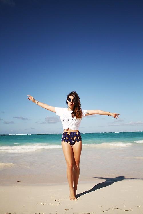 Девушка в купальных трусиках с высокой талией и белая футболка с надписью