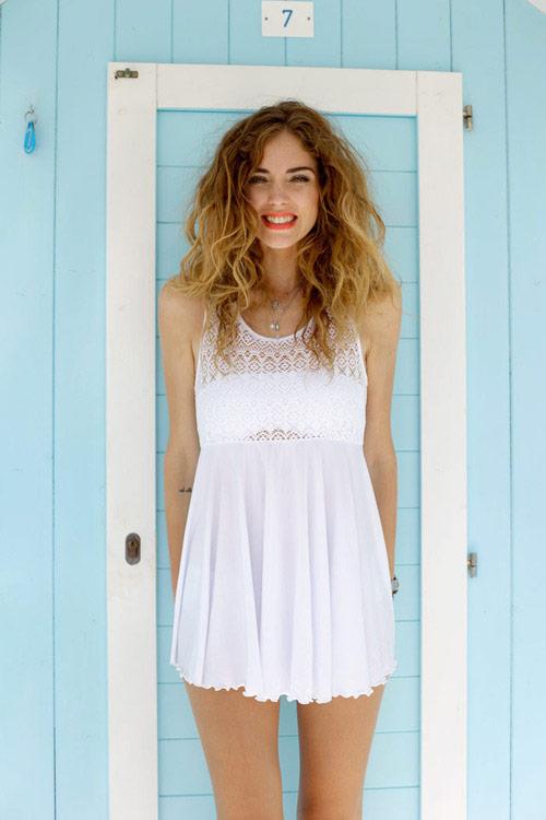 Девушка в милом белом пляжном платье мини