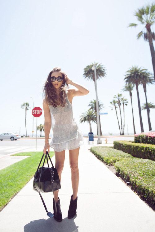 Девушка в прозрачном пляжном платье, большая сумка