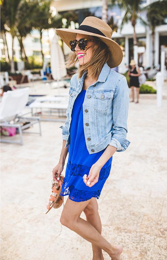 Девушка в синем платье, голубая джинсовка и соломенная шляпа
