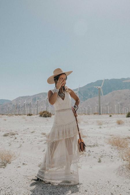 Девушка в белом полупрозрачном платье макси, соломенная шляпа, стиль бохо