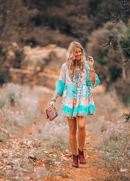 Девушка в легком бело-голубом платье с длинными рукавами, стил бохо