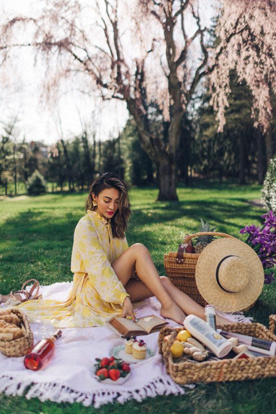 Девушка в легком платье с цветочным принтом