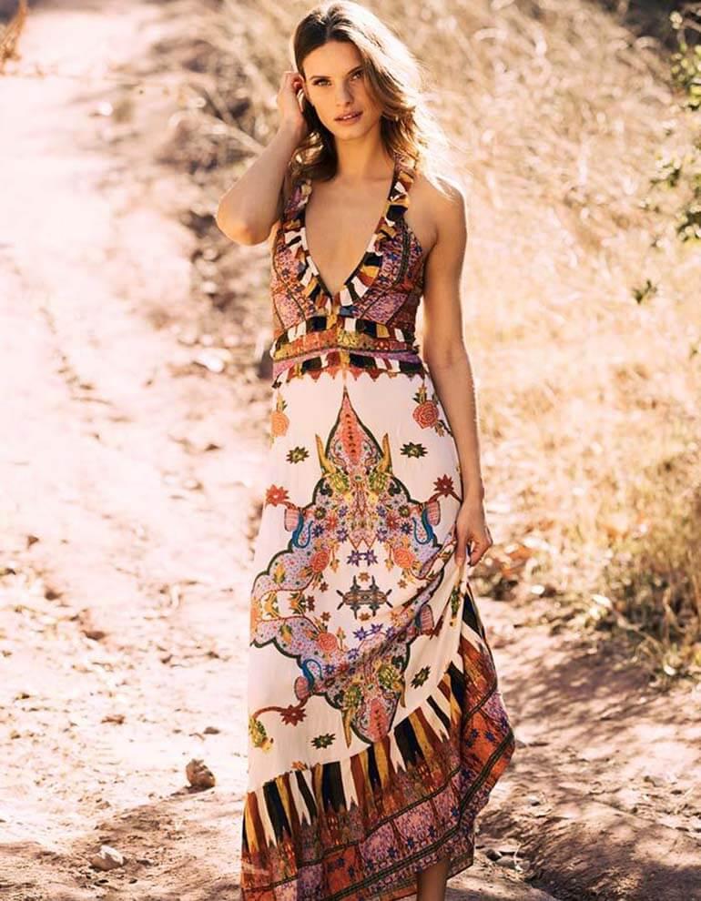 Девушка в платье макси с открытыми плечами и принтом, стиль бохо