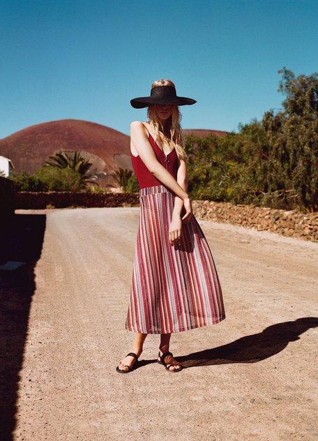 Девушка в полосатой юбке миди и бордовый топ, стиль юохо