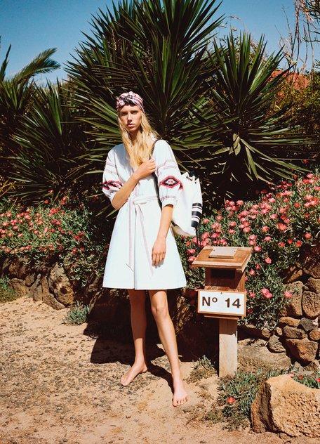 Девушка в светлом платье с поясом и вышивками, стил бохо
