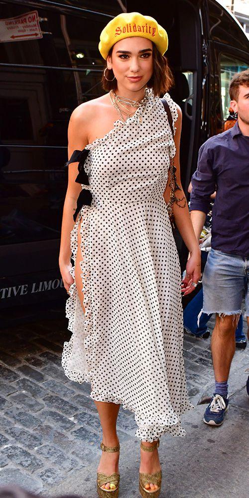 Дуа Липа в красивом белом платье в черный горошек с вырезом, желлтый берет и босоножки