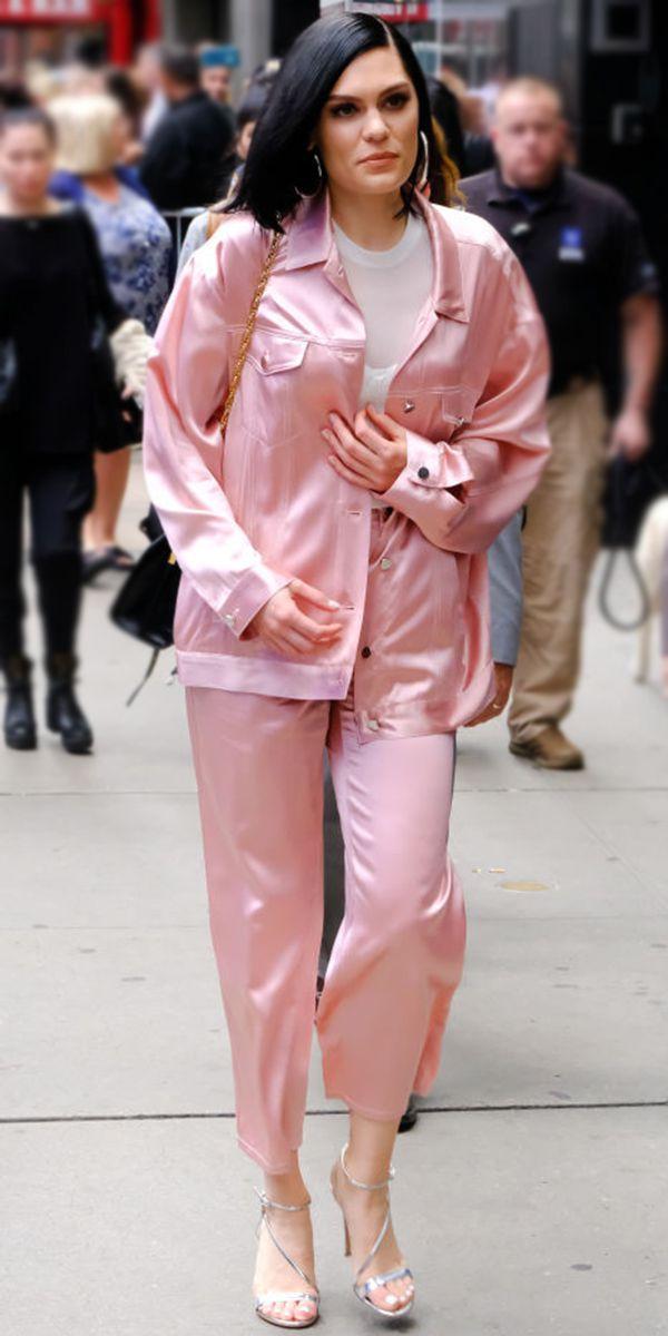 Джесси Джей в нежно розовом брючном костюме оверсайз, босоножки на ремешках и большие серьги обручи