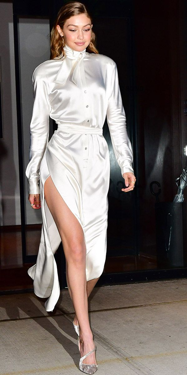 Джиджи Хадид в белом шелковом платье с поясом и глубоким разрезом