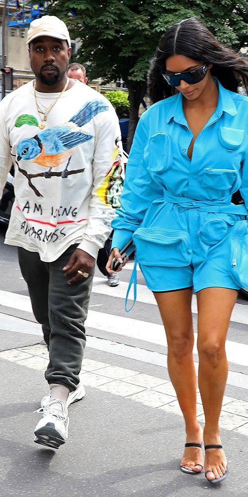 Ким Кардашян в голубом комбинезоне с длинными рукавами и поясом