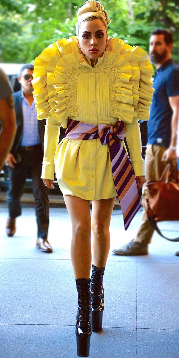 Леди Гага в необычном желтом платье мини с полосатым поясом и ботильоны на высокой платформе