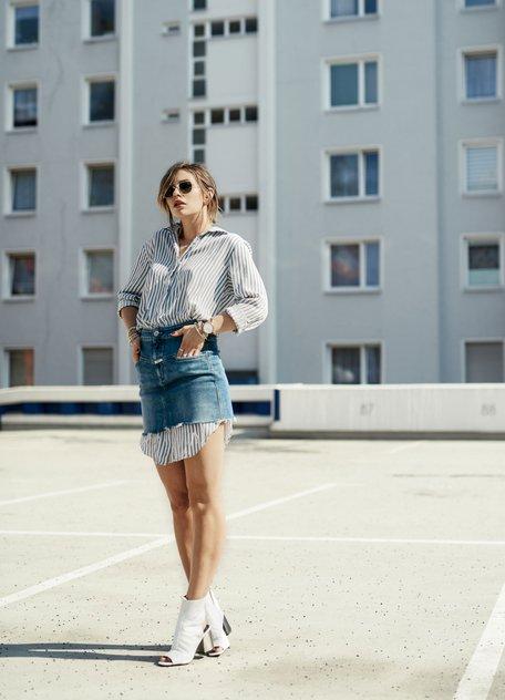 Maria Astor в длинной полосатой рубашке, джинсовая юбка и ботильоны с открытым носом