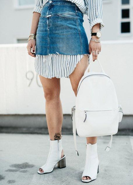 Maria Astor в длинной тунике в полоску, джинсовая юбка миди, белые ботильоны рюкзак