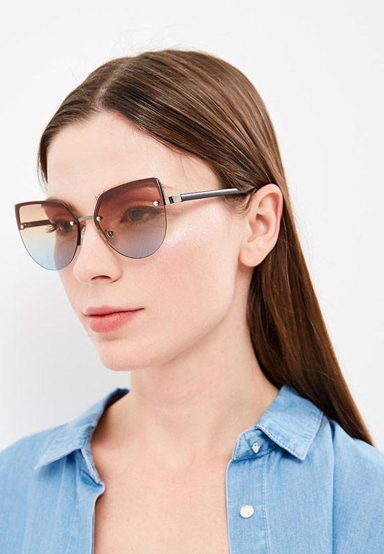 Модель в больших солнцезащитных очках