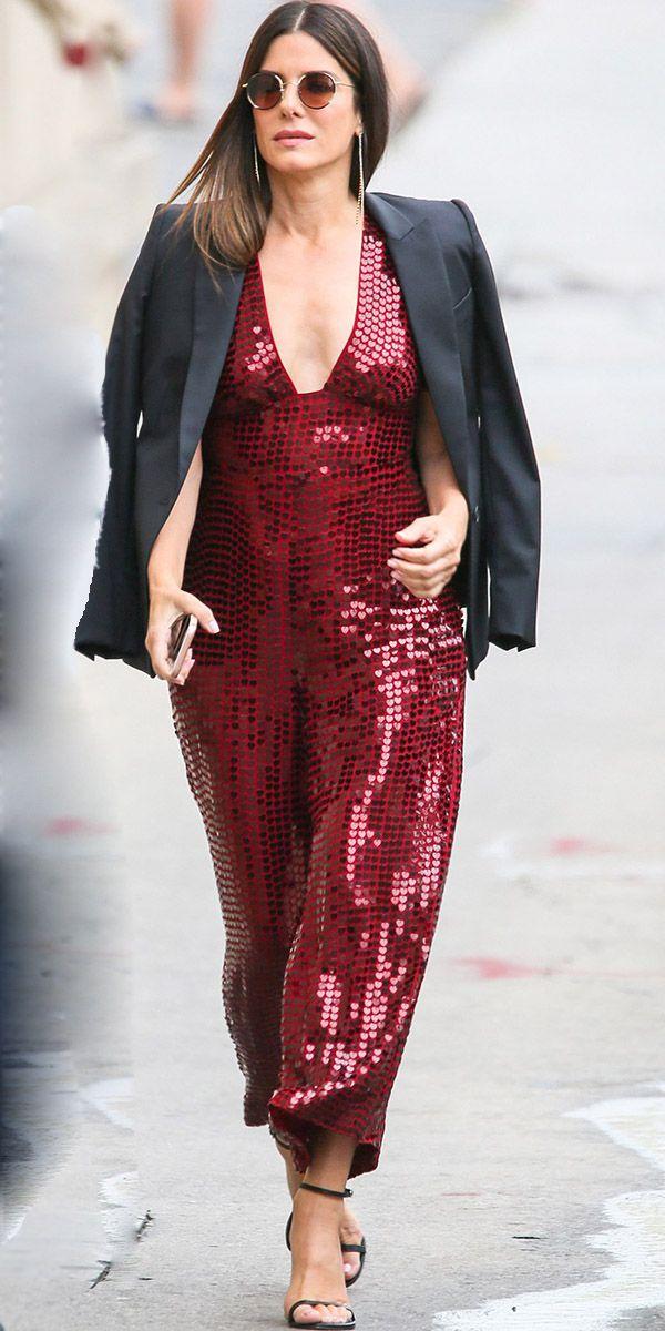 Сандра Буллок в бордовом комбинезоне с блестками и черный жакет, босоножки