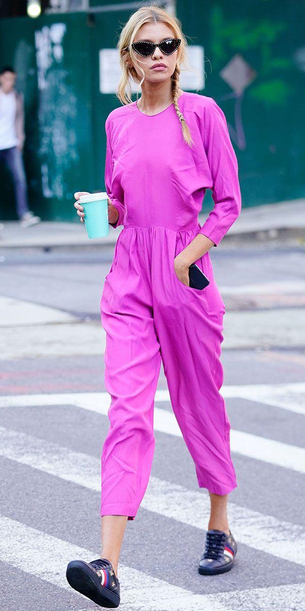 Стелла Максвелл в удобном комбинезоне цвета фуксии, солнцезащитные очки и кроссовки