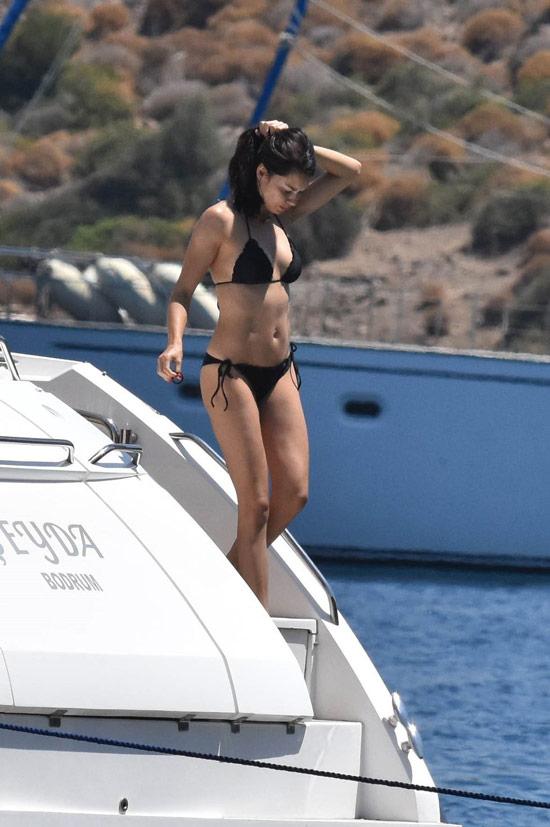 Адриана Лима в простом черном купальнике бикини