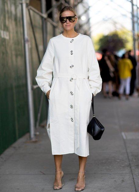 Девушка в белом длинном платье с пуговицами