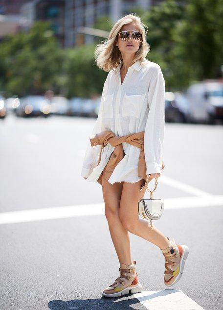 Девушка в белой рубашке оверсайз и бежевые кроссовки