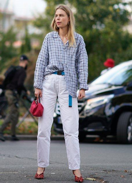 Девушка в белых джинсах оверсайз с голубым ремнем и рубашка оверсайз в клетку