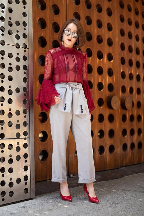 Девушка в брюках с высокой талией и бордовой прозрачной блузке