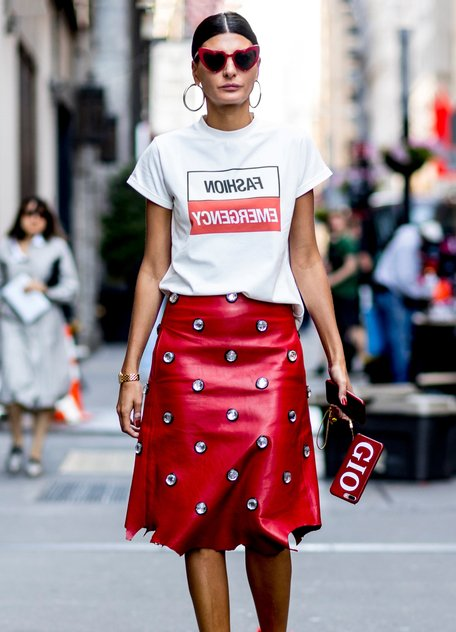 Девушка в красной юбке миди и белой футболке с надписью