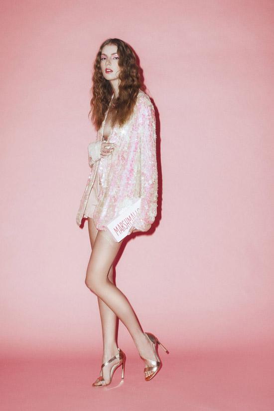 Девушка в нежно розовом кардигане с блестками и золотых босо