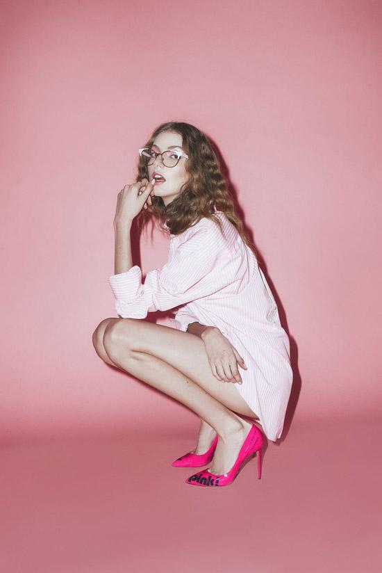 Девушка в нежно розовом платье рубашка и яркие туфли на шпильке