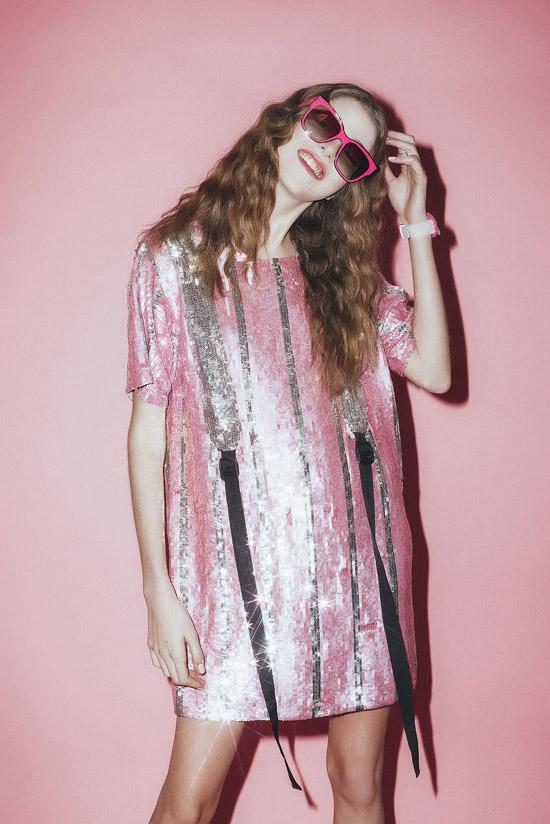 Девушка в розовом мини платье прямого кроя с блестками