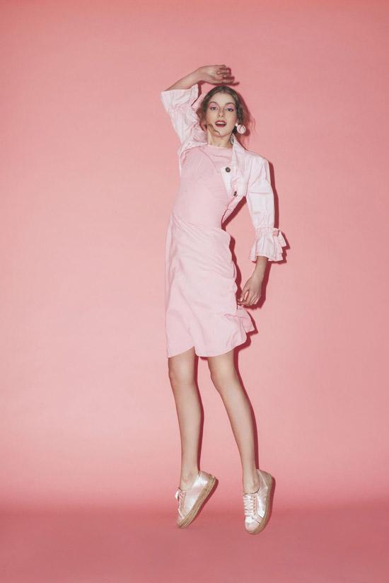 Девушка в розовом платье, кофта и розовые кеды