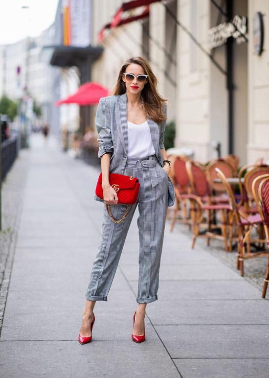 Девушка в сером деловом костюме с элегантными брюками и белый топ
