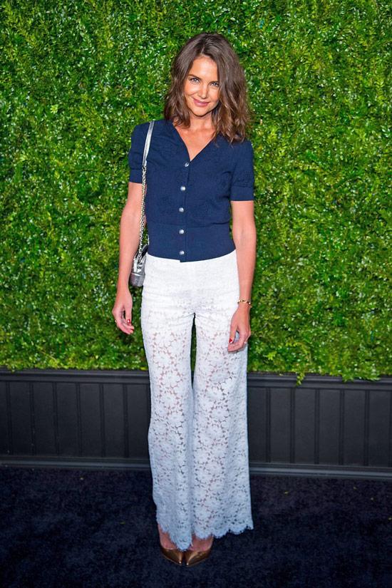 Кети Холмс в белых кружевных брюках и синей рубашке