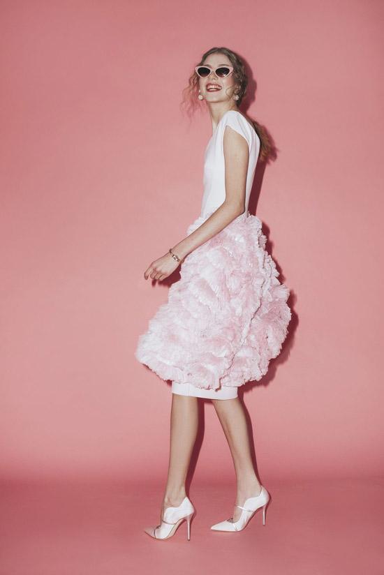 Модель в красивом вечернем платье, туфли на шпильке