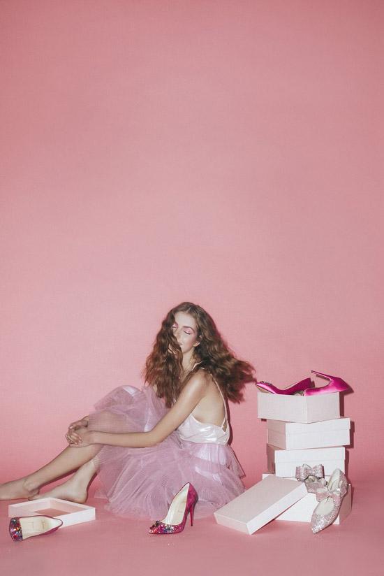 Модель в розовом топе на бретельках и фатиновая юбка