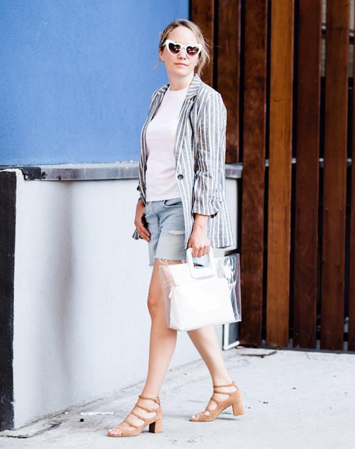 Девущка в шортах, футболка и льняной топ, бежевые босоножки