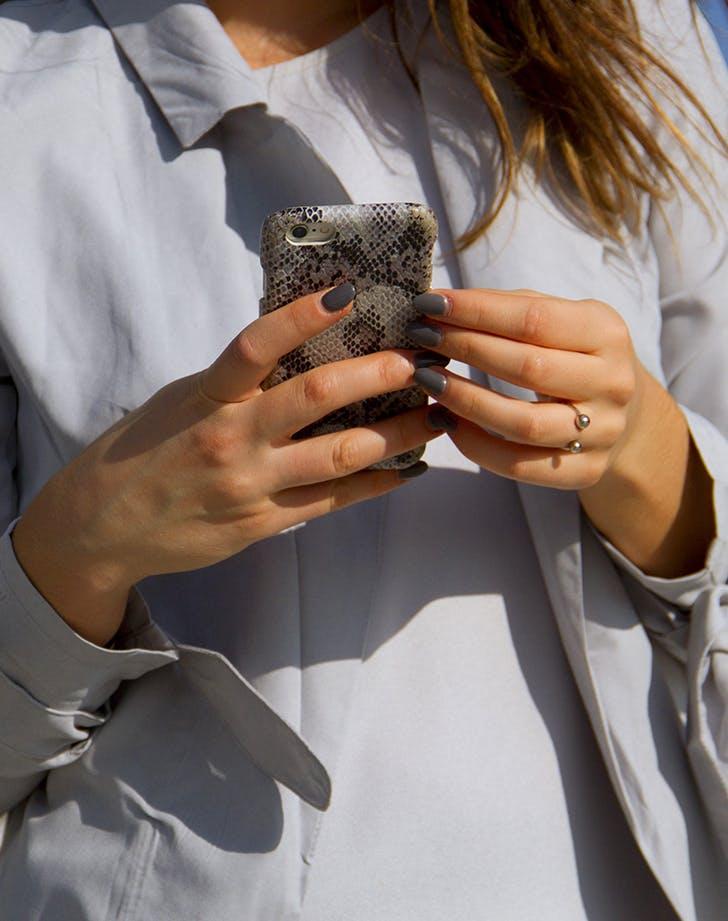 Девушка со змеиным чехлом для телефона