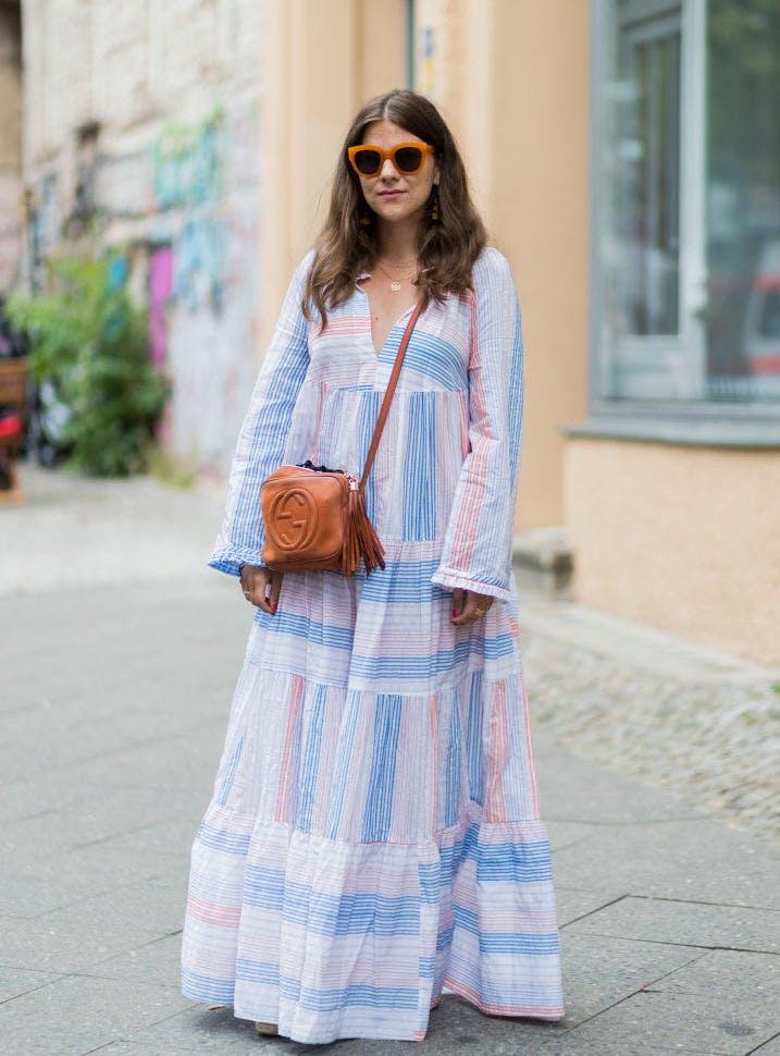 Девушка в бело-голубом платье макси и солнцезащитных очках