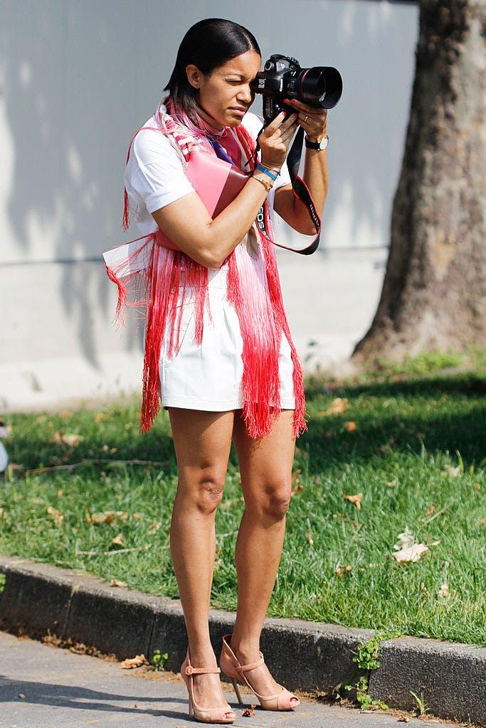 Девушка в белом наряде и красном шарфе