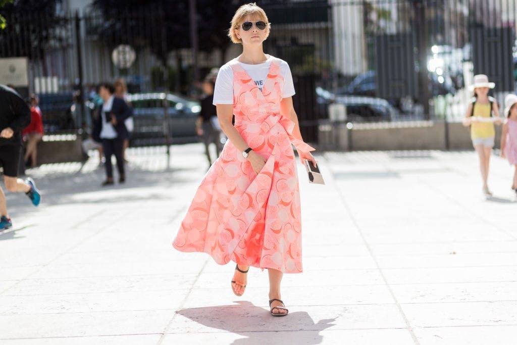 Девушка в белой футболке и розовом платье