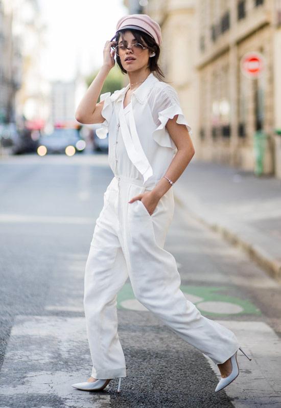 Девушка в белых брюках, блузка и туфли на шпильке