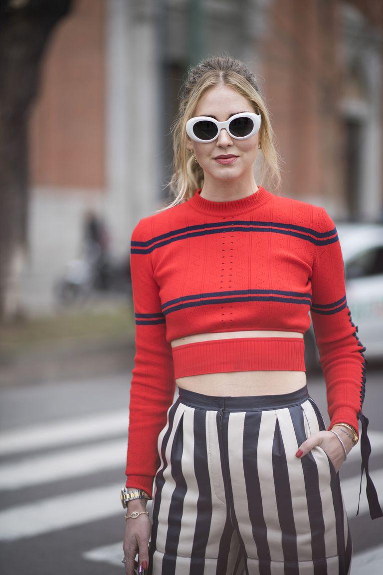 Девушка в платье рубашка в полоску и черной асимметричном свитере