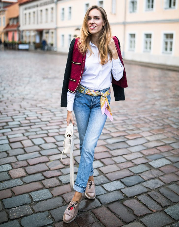 Девушка в джинсах, белая рубашка и жакет