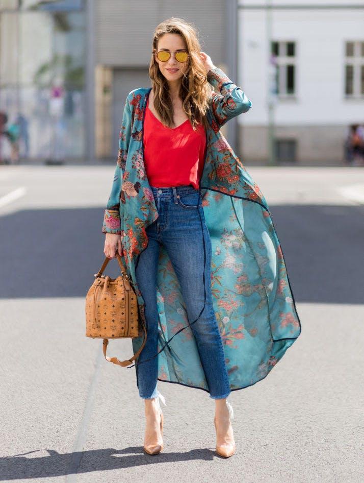 Девушка в джинсах, красный топ и кимоно с принтом