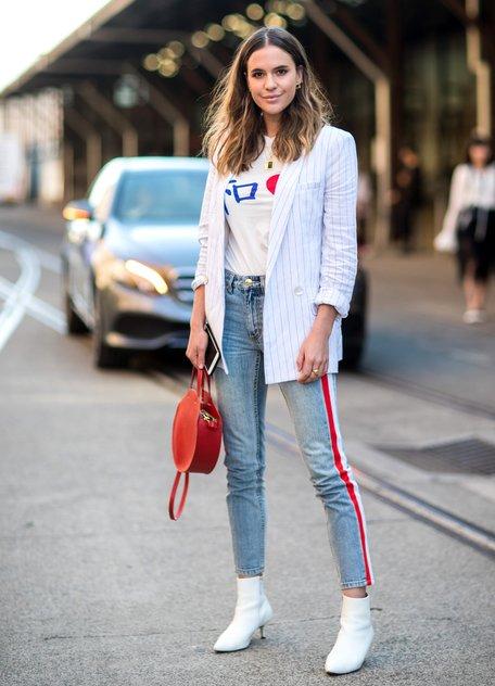 Девушка в голубых прямых джинсах с высокой талией, белая футболка, пиджак в полоску и белые ботильоны
