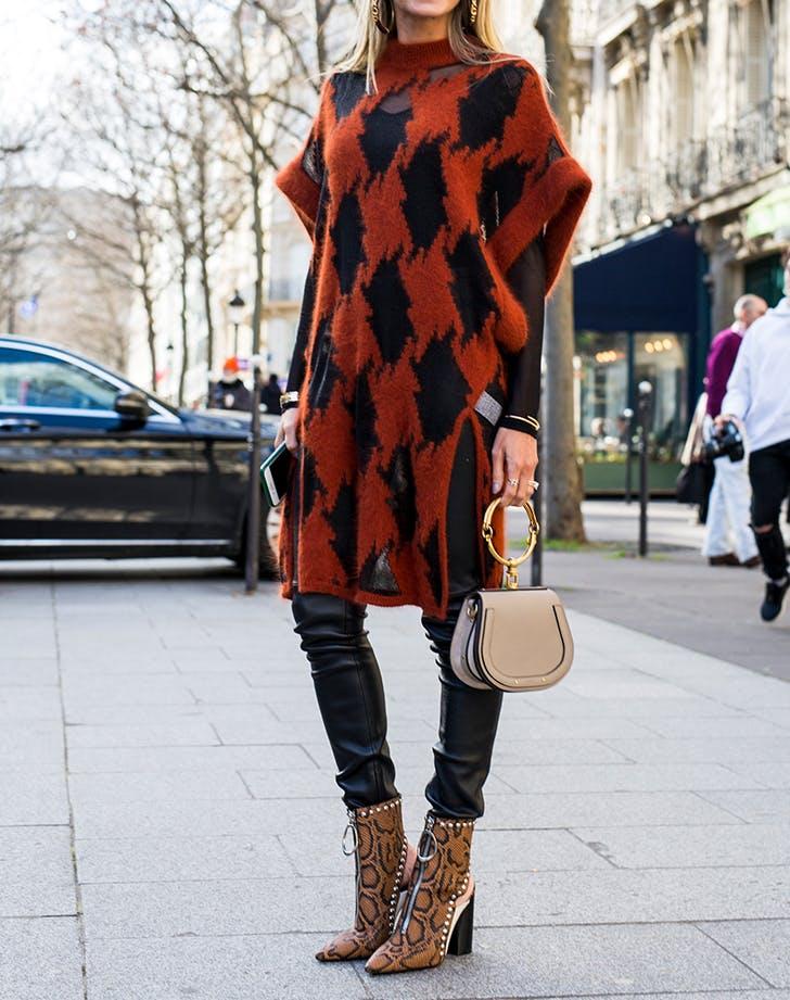 Девушка в кожаных брюках, удлиненный свитер и ботильоны со змеиной кожей