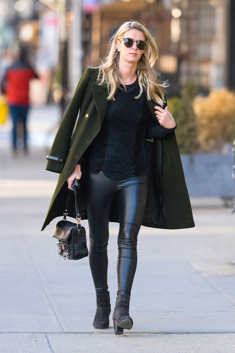 Девушка в кожаных лосинах, черный свитер и зеленое пальто