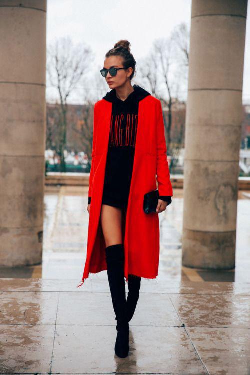 Девушка в красном пальто, черная толстовка и ботфорты