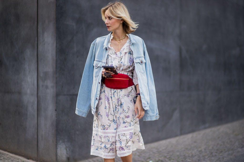 Девушка в летнем платье с принтом и джинсовая куртка