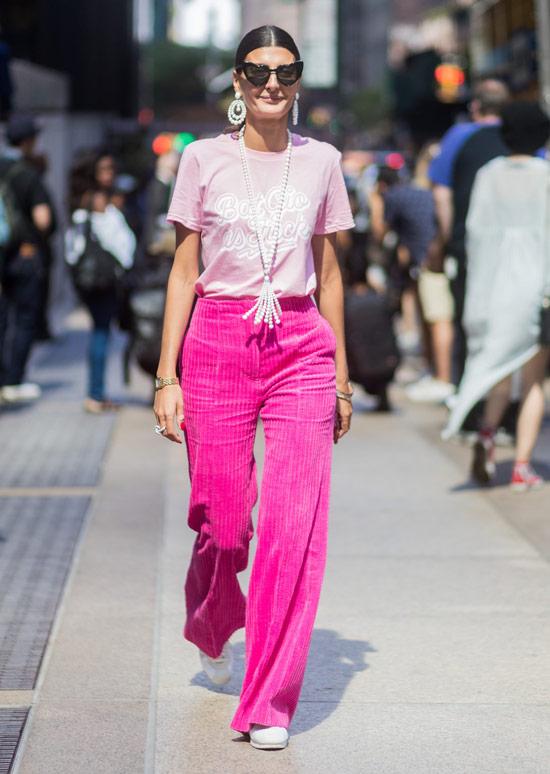 Девушка в широких розовых брюках и футболка с надписью